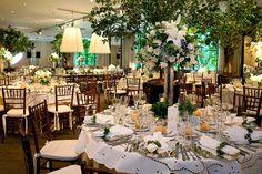 Para este almoço de casamento, a Efêmera Arquitetura criou uma decoração clássica, aproveitando a luz natural vinda das grandes janelas do salão. Do belo j