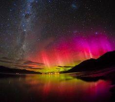 【中垣哲也さんの写真】 夜空を赤く染める低緯度オーロラ。 ニュージーランドの南島で撮影したそうです。 極域では緑色が多いオーロラですが、 太陽の活動が活発な時期には、 こんなに赤く空が染まって見えるんだとか。