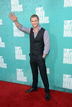 Chris Hemsworth Photos Photos - Actor Chris Hemsworth arrives at the 2012 MTV Movie Awards held at Gibson Amphitheatre on June 3, 2012 in Universal City, California. - 2012 MTV Movie Awards - Arrivals