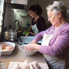 Sono arrivata da quasi un'ora a casa di @enricalazzarini dove Nonna Renata è già all'opera da qualche ora con @turismoer per #apranzoconTER Si prospetta una giornata meravigliosa nella cucina di una nonna con odori di casa e tanti racconti e ricette segrete - Instagram by bolognafood