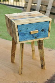 Tables Pallet accent Pallet unique side table - This unique pallet side table is also a yield of some creative and imaginary mind to let you bring home some personal and individual type of items that no one Pallet Crafts, Diy Pallet Projects, Furniture Projects, Wood Projects, Diy Furniture, Pallet Ideas, Pallet Designs, Bespoke Furniture, Large Furniture