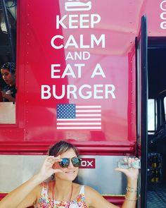 A serenidade no olhar de quem logo mais vai comer um hambúrguer que não cabe no prato