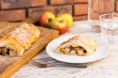 Recept voor vlechttaart voor 4 personen. Met bakpapier, appel, kaneel, bloem, bladerdeegvel, ei en handpeer