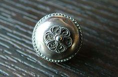 18-12-11  Een prachtige Friese klederdracht knoop eind 18e begin 19e eeuw. Bloem van zilverdraad.