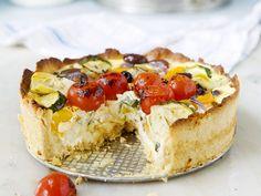 Medelhavspaj med parmesan och kronärtskocka: ägg, grädde, squash, rödlök, oliver, körsbärstomater