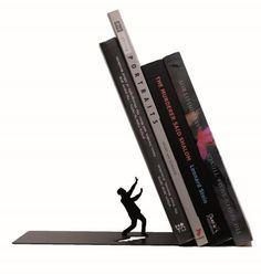 Bookend falling. Ce serre-livre supporte vos livres dans un angle qui ne manquera pas de suprendre vos invités.