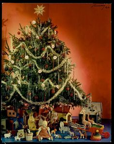 A stately, tinsel swathed, classically lovely 1940s Christmas tree. Christmas vintage photo 1940s