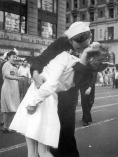 Marinero abraza a una enfermera en la celebración de la rendición de Japón en…