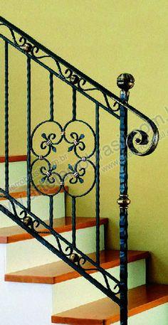 Escadas_ferro_forjado_62 Iron Stair Railing, Railings, Balcony Railing Design, Interior Stairs, Iron Gates, Window Design, Stairways, Wrought Iron, Metal Working