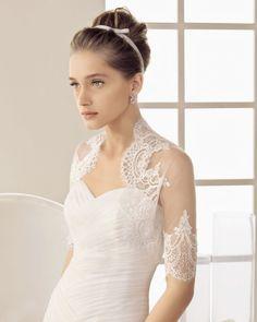 Chaqueta de tul para novia con bordados y detalles de encaje en los contornos - Foto Rosa Clará