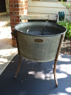 ^_^ old wash tub to fill with ice and drinks Galvanized Buckets, Galvanized Metal, Metal Tub, Pallet Crates, Wash Tubs, Old Farm, Diy Interior, Recycled Furniture, Antique Metal