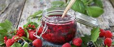 Det å koke syltetøy av forskjellige sorter bær - sammen, blir alltid velykket. Forsøk deg frem til den blandingen du liker best. I dette syltetøyet har vi brukt rips, bringebær og solbær.
