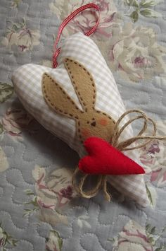 Bunny Crafts, Easter Crafts, Felt Christmas, Handmade Christmas, Cute Easter Bunny, Fabric Hearts, Diy Ostern, Diy Easter Decorations, Heart Crafts