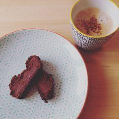 Süßkartoffel-Brownies dazu Kaffee mit Mandelmilch und Zimt