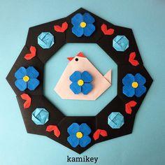 """いただいた年賀状のイラストからヒントを得て作ってみました。チロリアンテープの柄みたい? 「にわとり」「シンプルリース」の折り方はプロフィールにリンクがあるYouTube""""のkamikey origami """"チャンネルでご覧ください 椿は伝承作品、青いお花は試作です Rooster Simple Wreath Designed by me tutorial on YouTube"""" kamikey origami"""" #折り紙#origami #ハンドメイド#kamikey"""