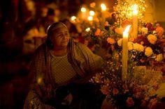 DIA DE LOS MUERTOS/DAY OF THE DEAD~Mujer vela a sus difuntos / Woman candle to their deceased