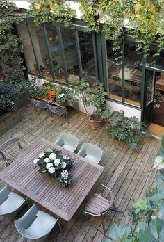 Une terrasse bohème aménagée avec des plantes en pots