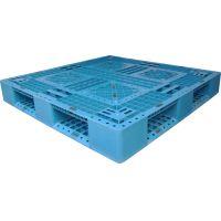 O pallet de plástico é uma estrutura que é usada para transportar ou armazenar cargas leves ou pesadas, possuindo uma aparência semelhante a de uma caixa ou um estrado.