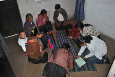 Workshop voor de Mayaweefsters: berekening van hun eigen eerlijke loon! Want de Yabal-shop = fair-met-flair (weef)goed! (http://www.yabal-shop.com)