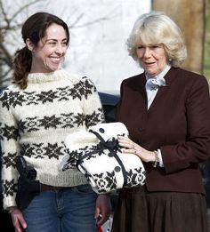 Camilla Parker Bowles krijgt de enige echte Sarah Lund trui van Sofie Gråbøl (Sarah Lund). #breien #trui