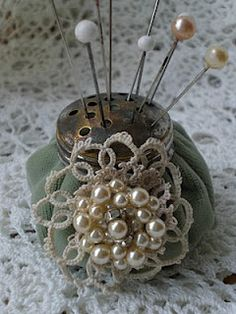 To DO: Create a Shaker Top Pincushion to better display some of my vintage hat pins .after the holidays project! / Really pretty Sewing Crafts, Sewing Projects, Sewing Kits, Vintage Accessoires, Diy Recycling, Vintage Sewing Notions, Needle Book, Stick Pins, Vintage Pins