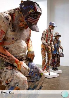 Will Kurtz cria diversas esculturas em tamanho real construídas com restos de jornais, papel, madeira, arame, fitas, entre outros, retratando pessoas reais capturadas pelas lentes do seu iPhone pelas ruas de Nova Iorque.