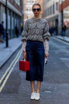 Mesclar texturas diferentes como uma blusa de renda delicada com uma blusa de lã mais pesada