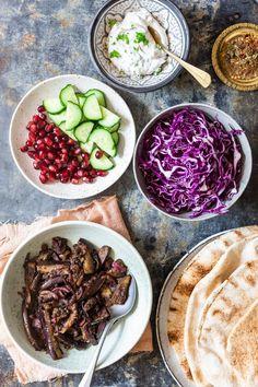 For hele familien: Fladbrød med aubergineshawarma og urtedressing Japanese Street Food, Thai Street Food, Veggie Recipes, Vegetarian Recipes, Cooking Recipes, Vietnamese Dessert, Fresh Eats, India Food, Food Crush