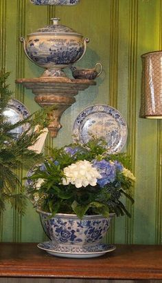 Makes me want to collect Blue and White - The French Tangerine: ~ boxwoods gardens and gifts Blue And White China, Love Blue, Blue China, New Blue, Green And Gold, Delft, Boxwood Garden, Vibeke Design, Green Wallpaper