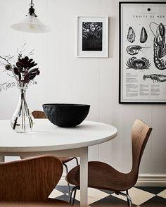 Series 7 chair by Arne Jacob sen from Fritz Hansen Home with brown details - via Coco Lapine Design Turbulence Deco, Arne Jacobsen, Scandinavian Interior, Modern Interior Design, Home Renovation, Cool Kitchens, Interior Inspiration, Kitchen Decor, Nice Kitchen