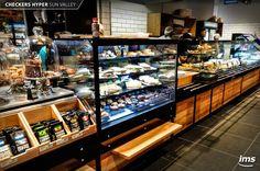 Esta sección de Cafetería cuenta con equipos de alta calidad diseñados por International Merchandising Solutions para exhibir y conservar café, tortas, sánguches, ensaladas y hamburguesas gourmet, generando así una oferta variada que se adecúa a la necesidades de nuestro cliente.  Más detalles en ▶ https://www.facebook.com/permalink.php?story_fbid=960963813986440&id=130411260375037