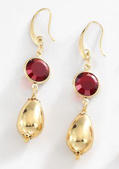 Elegante par de aretes con piedra de cristal rojo carmín y colgante en forma de gota lisa, elaborados en 4 baños de oro de 18 kt. Modelo 415811.