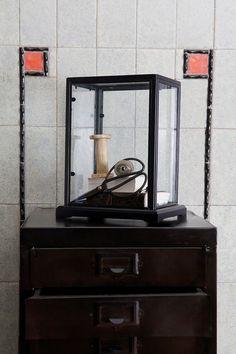 Window decoration cabinet on sheet metal cabinet 12 drawers - BePureHome. Fensterdekoration Schrank auf Blechschrank 12 Schubladen, Décoration de fenêtre Cabinet sur la feuille armoire métallique 12 tiroirs. Glazen box op metalen kast met 12 lades. Glazen kistje. Metalen ladekast. #imm2015 #immcologne