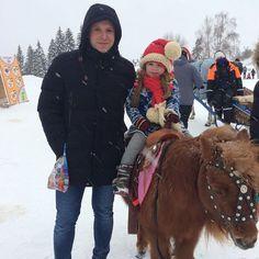 На спектакль сводили на пони покатали... День у Софии удался!  A very nice day full of fun and excitement!  #pony #riding #horserider #winterfun #верхомнапони #наездница #зимниезабавы #сдядейсережей #яркиевпечатления
