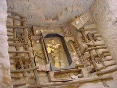 El Señor de Sipán fue enterrado junto con otras 8 personas de su séquito incluyendo: dos mujeres jóvenes, su esposa, un niño, un jefe militar, el portaestandarte, el vigía, el guardián de la tumba, dos llamas y un perro.