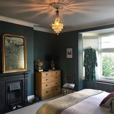 A Modern Victorian Home Tour - Estelle Derouet - The Interior Editor Modern Victorian Bedroom, Modern Victorian Homes, Victorian House Interiors, Victorian Living Room, Victorian Windows, Modern Bedroom, 1930s Living Room, 1930s Bedroom, Edwardian House