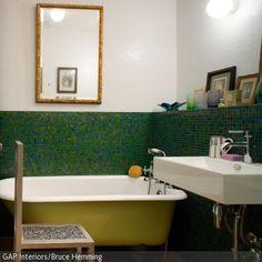 Abseits der üblichen Badgestaltung ergeben sich kreative Ideen: Grüne Mosaikfliesen und eine freistehende grüne Badewanne sind mal etwas anderes für die…
