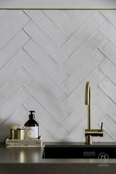 Les Crédences de Cuisine Tendance en 2019 A kitchen credenza with raised tiles, laid in chevron. White Herringbone Tile, White Tile Backsplash, Marble Tiles, Subway Tiles, Herringbone Pattern, Home Decor Kitchen, Home Kitchens, Kitchen Dining, Minimalist House
