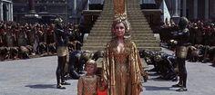 Cleopatra (1963)  Joseph L. Mankiewicz'in yönetmen koltuğunda oturduğu Cleopatra, sinema tarihinin en pahalı filmlerinden biri, belki en maliyetlisi. Cleopatra rolünde Elizabeth Taylor, Caesar'ı canlandıran Rex Harrison göz kamaştırıyor. Görkemli bir film, Cleopatra'nın Roma'ya gelişi, o 10 dakikalık görsel şölen de görkemin zirvesi. Gişede aradığını bulamamasıyla, epik film devrinin sonunu getirmiş; boşverin siz bu bilgiyi ve 4 saatlik görsel şölene hazırlayın kendinizi.
