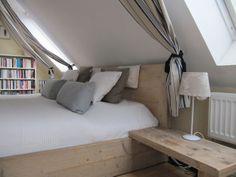 Bett Unter Dachschräge bauholz bett rustikal schwebend