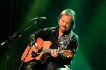 """Pick Yourself Up with These 10 Inspirational Country Songs: """"It's a Great Day to Be Alive"""" - Travis Tritt"""