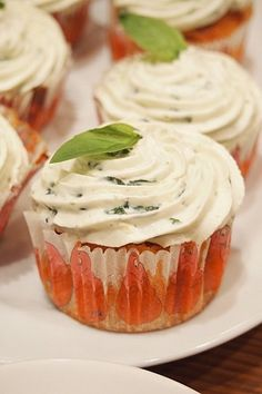 Salted cupcake, with tomato and basil Mini Cakes, Cupcake Cakes, Savory Cupcakes, Cupcake Toppings, Cake Decorating For Beginners, Vegetarian Recipes, Cooking Recipes, Dessert Decoration, Appetizers