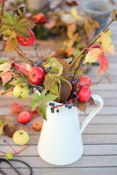 Craftberry Bush | Homemade Foraged Wreath and Wild Foliage Arrangement | http://www.craftberrybush.com
