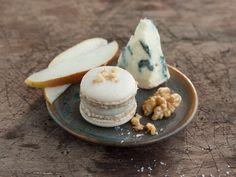 Wir lieben Macarons! Und deshalb müssen wir unbedingt auch dieses Rezept für pikante Macarons mit Birnen-Käse Füllung probieren! Passt perfekt zu Weihnachten oder als kleine Nascherei für Zwischendurch!