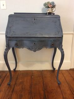 Vintage desk reinvented with old violet chalk paint over graphite. Refinished Furniture, Find Furniture, Furniture Styles, Repurposed Furniture, Furniture Makeover, Furniture Ideas, Annie Sloan Graphite, Annie Sloan Chalk Paint, Chalk Paint Colors
