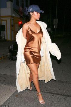 Estilo: Rihanna - una mujer brillante que ha ganado la simpatía y el afecto de millones de sus fans con su voz, carisma y carácter explosivo  El Estilo de Rihanna se puede describir en tres palabras: Originalidad y Extravagancia Atrevida. ¿Qué te parece el estilo de Rihanna? #moda #estilo #rihanna #fashion #glamour #chic #style