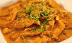 This Russian dish is simplified with easy to find ingredients. From button mushrooms to tomato paste, you can easily prepare this dish for you lunch or dinner. Stroganoff Recipe, Beef Stroganoff, Russian Dishes, Recipe Tv, Filipino Recipes, Food Preparation, Beef Recipes, Make It Simple, Curry