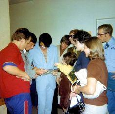 45 Elvis Presley Rare Photos Never Seen Before – Elvis Presley Elvis Presley Las Vegas, Elvis Presley Priscilla, Elvis In Concert, Elvis Presley Photos, Rare Images, Rare Photos, Images Photos, Pictures, Memphis Mafia