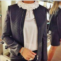 E para essa época de Julho, friozinho nada melhor que esse loook blusinha Branca com filinha e jaqueta de couro Preta, além de lindo você ficará aquecida.