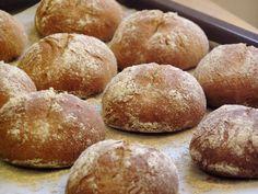 A frissen sütött kenyér illatának mindig nagy varázsa van. Nem kell hozzá nagy tudomány, csak némi bátorság, hogy nekifogjunk. Piece Of Bread, Baguette, Hamburger, Food, Essen, Burgers, Meals, Yemek, Eten
